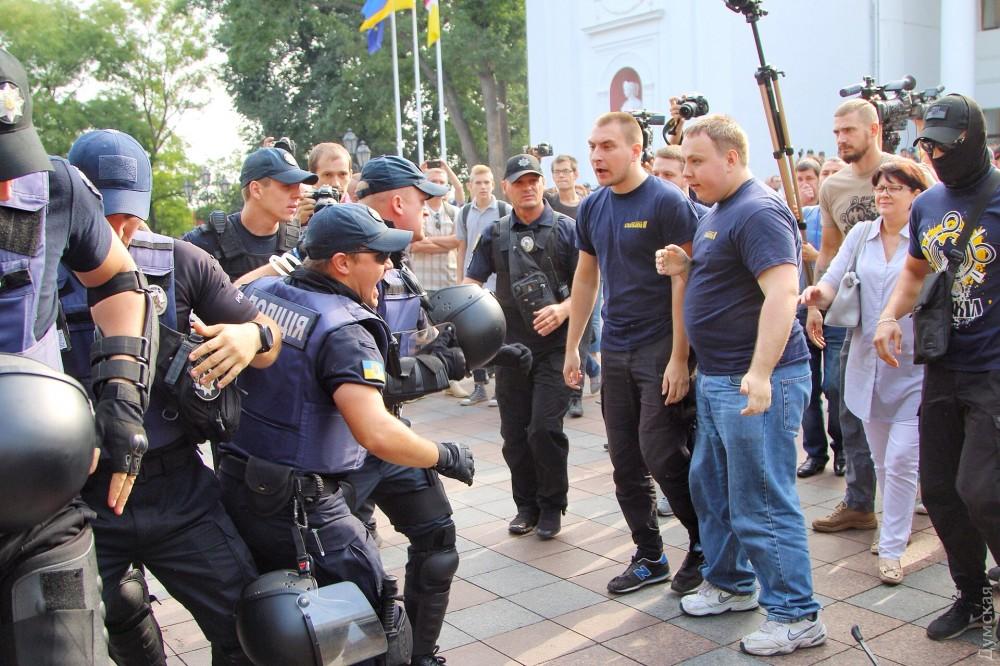 Одесити вийшли із протестами до мерії, вимагаючи відставки Труханова