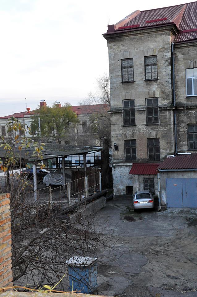Двор и гаражи Херсонского Художественного музея по-прежнему принадлежат частникам