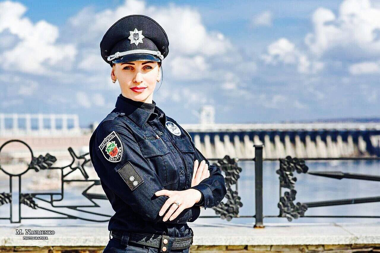 Сотрудница патрульной полиции Запорожья в свой выходной задержала грабителей, которые отобрали барсетку у прохожего