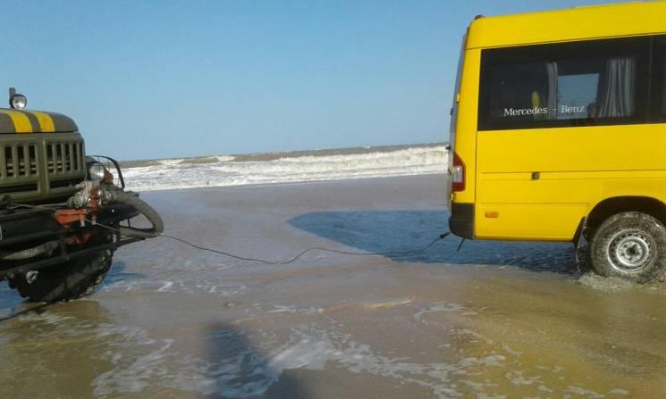 На Запоріжжі десяток автівок потрапили у пастку через вітер