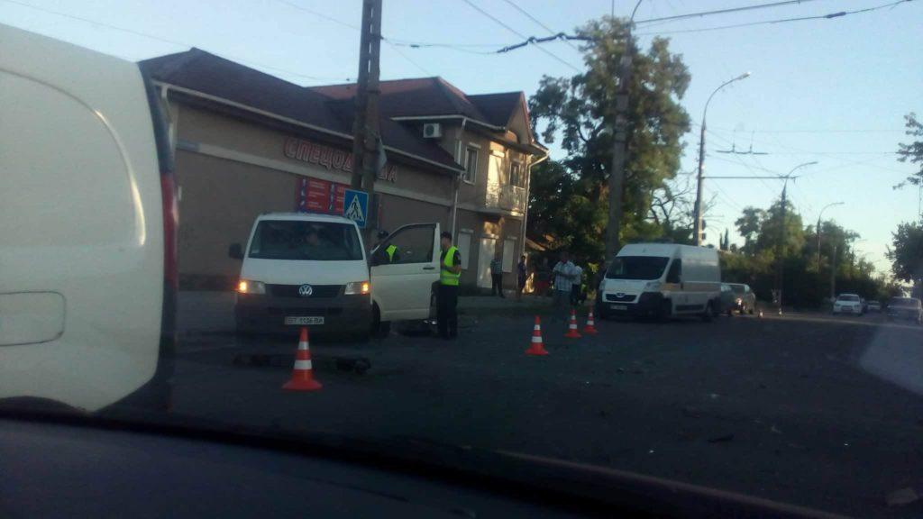 В Херсоне в столкновении машин травмированы люди (добавлены еще фото)