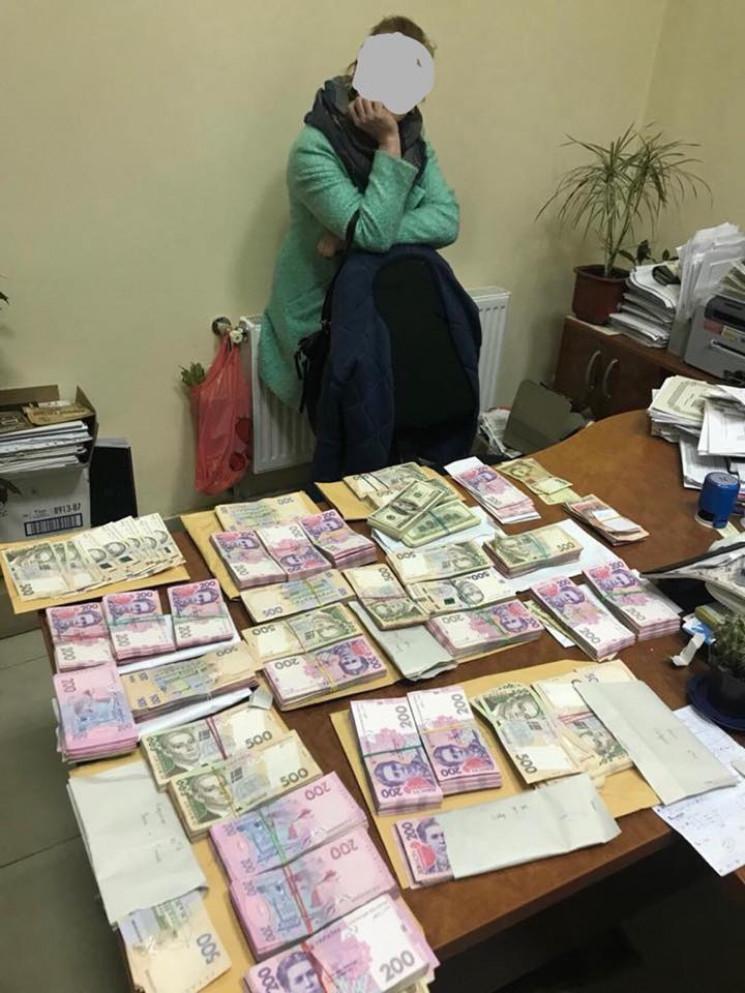 """На Одещині """"накрили"""" ділків, які ділили 1,3 мільйона на підкуп членів комісій та спостерігачів"""