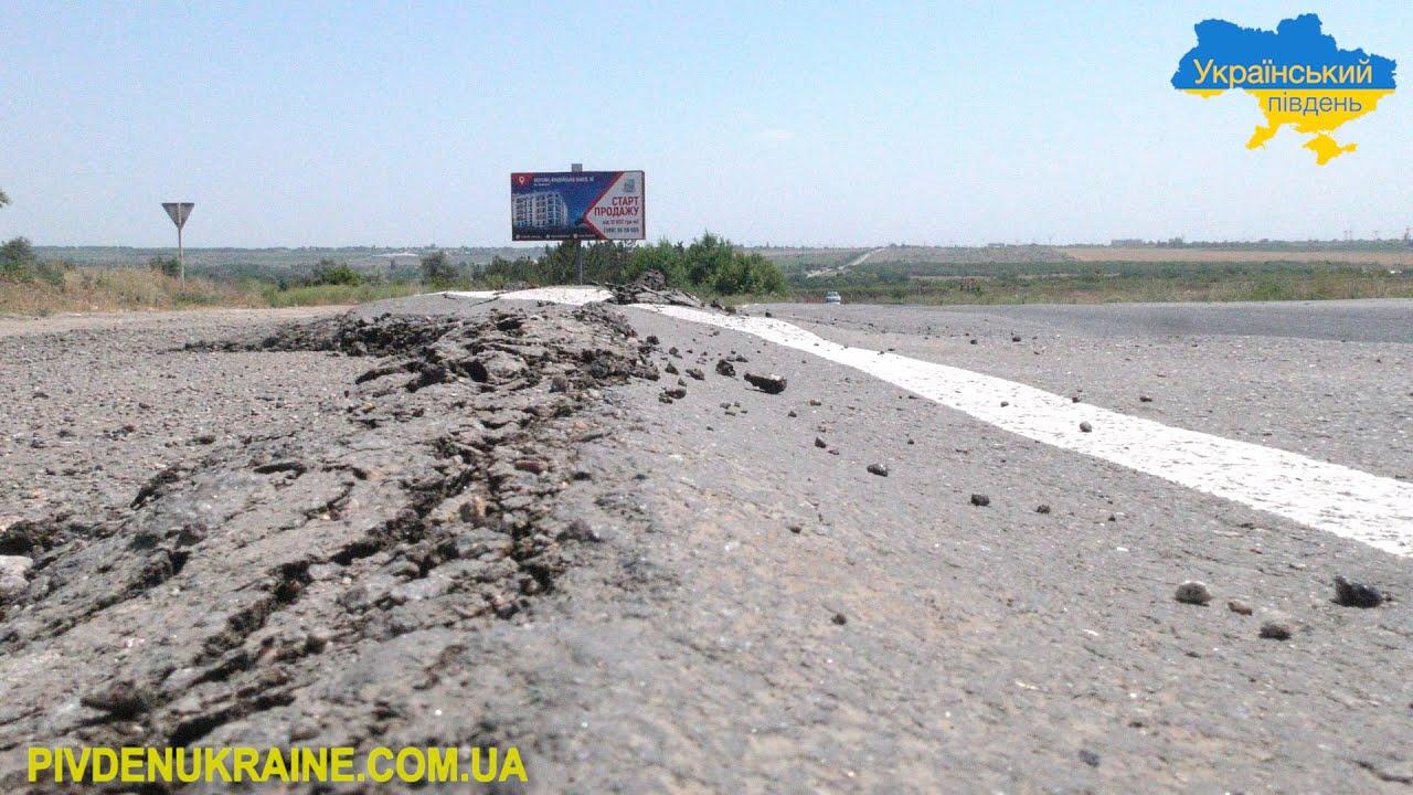 На Херсонщині дороги тануть від спеки і вантажівок (Відео)
